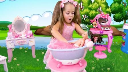 娃娃被丢进了泥坑里,小萝莉帮她洗白白