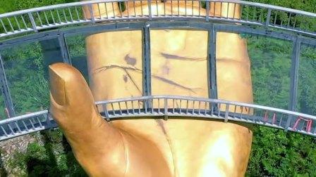 贵州大山发现一双大地之手,金光闪闪,只想说被捧在手心感觉真爽