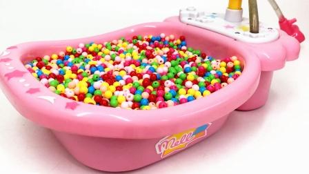 芭比浴缸里装满彩色珠珠和小猪佩奇玩具 快来一起认识吧