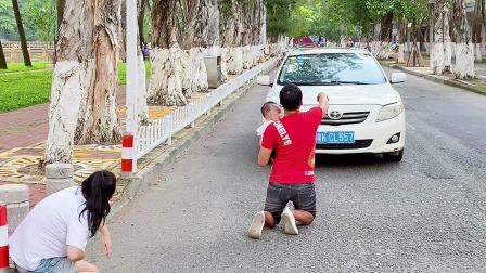 男子心疼老婆快生了,路边下跪拦车。