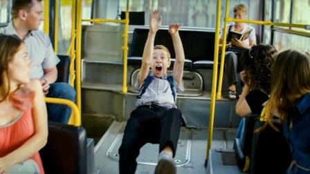 男孩公车上莫名飞了起来,乘客都看傻眼,只有他知道背后可怕原因