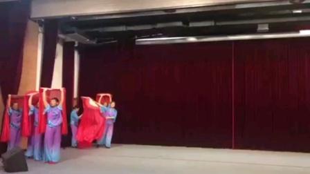 舞蹈《党旗飘飘》姐妹们演出