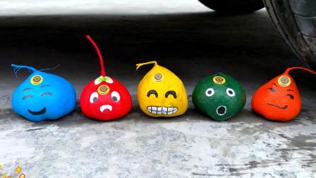 把鸡蛋、玩具等放在车轮下碾压,看着好解压