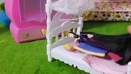 王后身体不舒服只有白雪照顾她