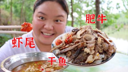 小婷用黄灯笼酱做酸汤肥牛,配上虾尾和小鱼干,直接盖饭吃得过瘾