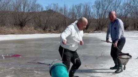 哥俩合作冰窟窿搅鱼。
