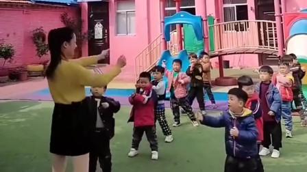幼儿园接儿子, 结果看到幼师跳舞, 这一幕妙不可言