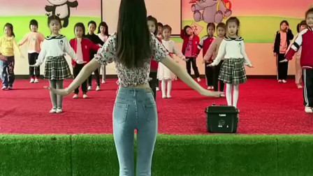 幼师认真教孩子跳舞, 看到这一幕, 这钱绝对没白花
