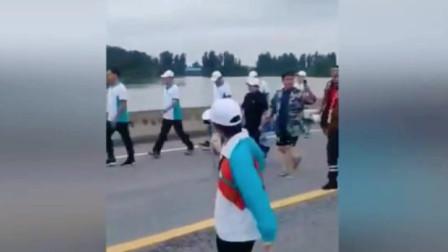 韩红忙于救灾被跟拍者强行合影,一顿怒斥获网友点赞:超霸气!