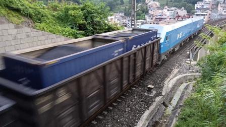 下行货列驶出新镇远二号隧道