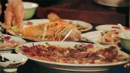 盘点吃霸王餐:成龙真会吃,鹅腿,蒸鱼,虾球面全都点上,看饿了