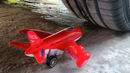 把玩具小飞机、气球等放在车轮下碾压,看着好解压