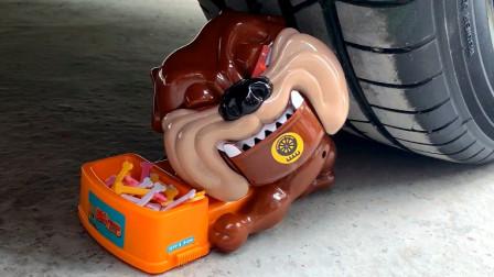 把玩具小狗、充气玩具等放在车轮下碾压,看着好解压