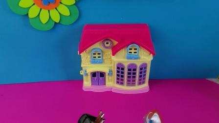 少儿益智:咸蛋超人在玩怪兽的小汽车