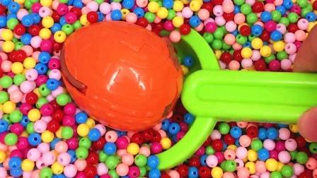 小铲子在彩色海洋球寻宝 挖到恐龙变形蛋
