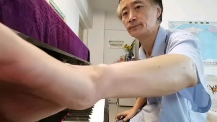 《小茉莉》(即兴演奏:大叔钢琴)《小茉莉》由邱晨作词作曲,包美圣演唱,是标准的台湾早期新风格作品之一。包圣美的声音干净、清澈,近乎于童声