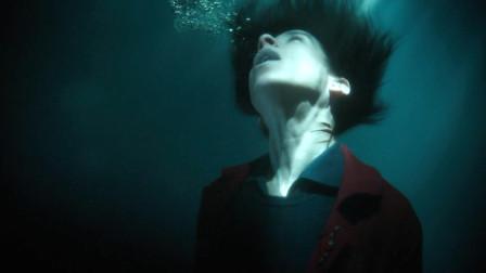 电影:女人脖子上有三道伤疤,遇水会进化为鱼鳃,变身为美人鱼