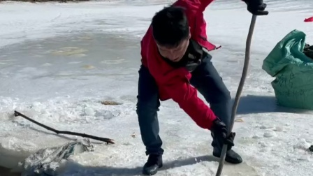 冬天搅冰窟窿最过瘾。