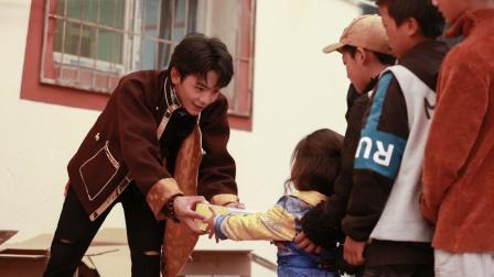 丁真弟弟参与《中餐厅5》录制,和哥哥合照曝光,眼神干净又纯粹