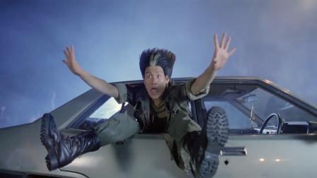 扫把头决战金毛王,不料力量悬殊太大了,直接被揍进车里动弹不得
