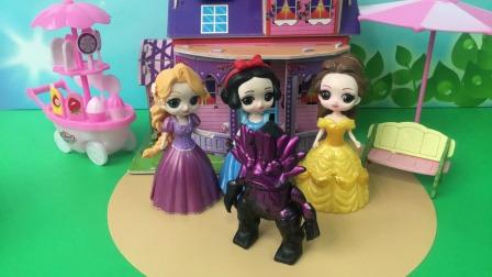 公主们都被怪兽抓走了,王后来求助奥特曼帮忙!
