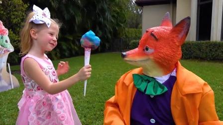 坏狐狸抢劫萌娃的棉花糖,下一秒就被暴打