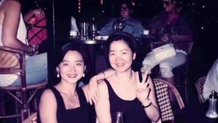 1990年,邓丽君和林青霞游玩法国,两人在海边大胆玩些出格的