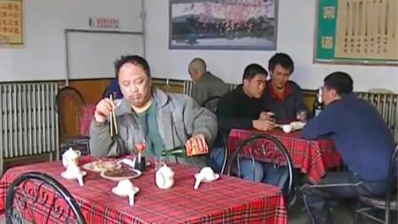 吃猪头肉场面:一盘猪头肉,一盘酱牛肉,配上老白干,大叔吃得爽