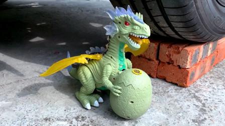 把玩具小恐龙、鸡蛋等放在车轮下碾压,看着好解压