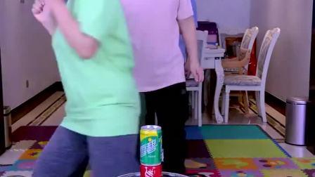 叠可乐比赛开始了,注意看我们头顶,太刺激了