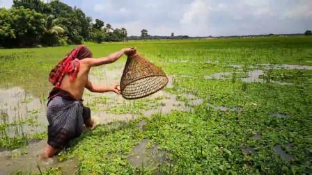 80岁农村大爷野外抓鱼,古老的捕鱼器,看看他怎么抓?