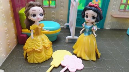 白雪发现贝儿在厕所偷吃糖