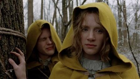 神秘村不准出现红色,一旦发现格杀勿论,只有穿黄袍才能活命
