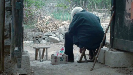 生前让老人住牛棚,死后葬礼上跳艳舞,近10年最讽刺的农村电影