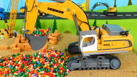 趣味益智玩具 展示挖掘机装载彩色珠子给卡车