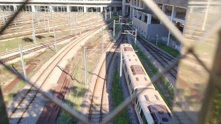 深圳地铁2号线221车在车辆段检修库发车
