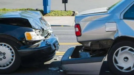 车主忘拉手刹险滑坡,男子扑向车内紧急制动,从死神手中抢回3人