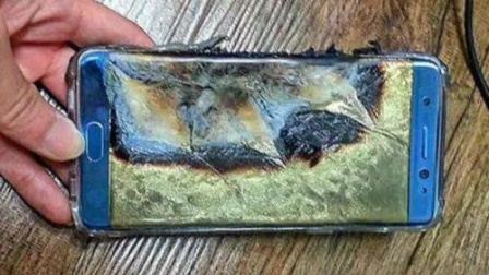 大爷把玩手机电池,电池突然爆炸起火,老板全程淡定处理