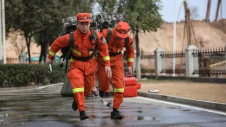 男童卖玩具为消防送爱心水:感谢支援河南,长大想当消防员