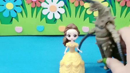 益智玩具:白雪穿着怪兽的衣服吓唬贝儿