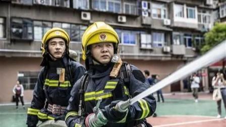 消防员河南防汛遭小女孩下强制命令,网友直呼没毛病
