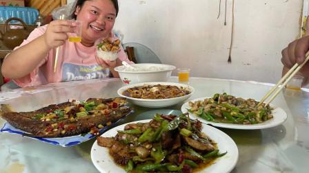 小婷和家人下馆子,吃回锅肉,麻婆豆腐,香煎鳊鱼和辣椒炒菱角