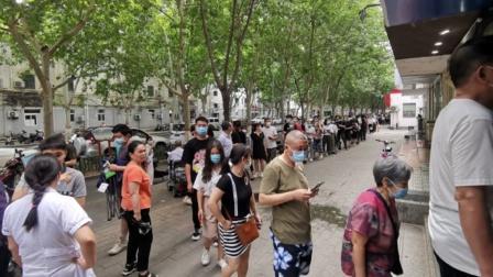 郑州市民排百米长队打疫苗,市民:都排到马路上了