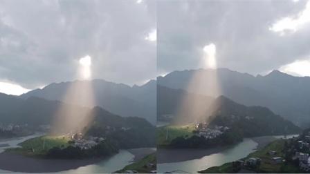 奇幻景色!雨后的天空乌云破开,一道光从中照出太美了