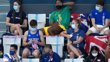 动作娴熟!奥运冠军戴利在女子三米板决赛现场织毛衣
