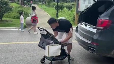粗心的爸爸,装行李的时候注意力太集中,孩子忘记了直接开车就走!