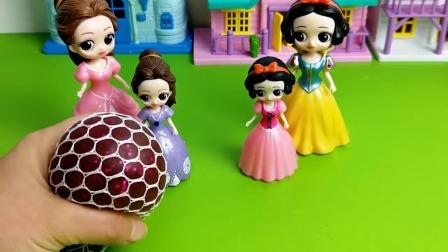 """哇,围裙媽妈妈做的""""发泄球""""太好玩了!"""