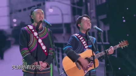 达人秀:流浪歌手走心高歌,一首《平凡之路》诉衷肠,被他们感动