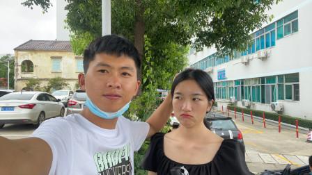 村花例假推迟一个星期,阿旺不放心带她来医院检查,看医生怎么说