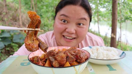 红烧排骨炖土豆,小婷吃饭急吼吼,香又辣又烫口,吃啥都是一大口